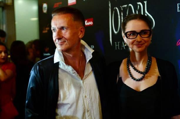 Олег Меньшиков посетил премьеру фильма с молодой супругой