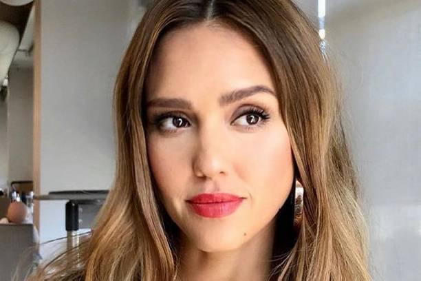 Беременная Джессика Альба поражает стильными образами