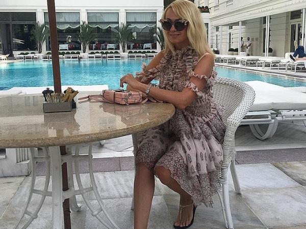 Яна Рудковская надела на платье с цветочками садо-мазо элемент