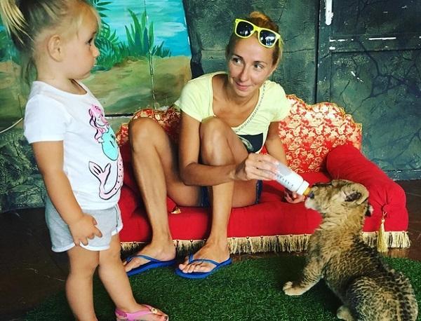 Татьяна Навка похвасталась фигуркой в бикини на отдыхе с дочкой в Сочи (видео)