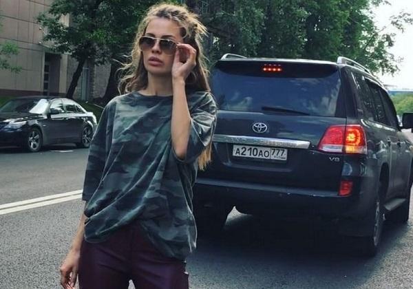 Виктория Боня упала со стула во время эфира Русского радио (видео)