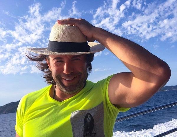 Андрей Малахов оседлал в День ВДВ коня, а после надувную уточку