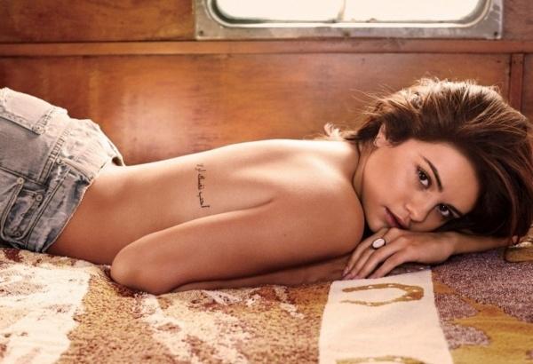 Селена Гомес снялась топлесс для GQ