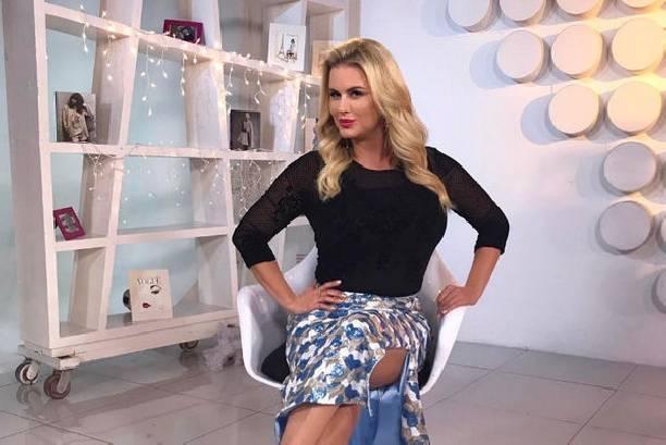 Анна Семенович удивила, появившись в декабре на улице в одном платье