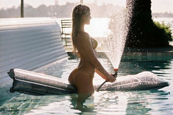 Вита Сидоркина разделась в бассейне американского олигарха