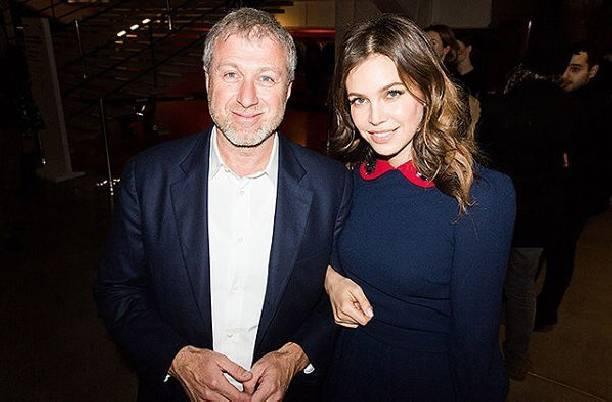 В Интернете активно обсуждается развод Романа Абрамовича и Дарьи Жуковой