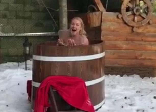 Анастасия Волочкова начала утро с демонстрации своей попы в ледяной купели