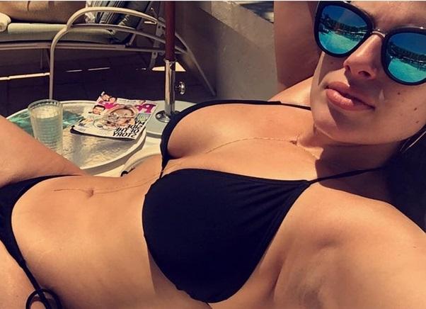 Эшли Грэм предпочла посетить бассейн в куртке и смешных тапочках