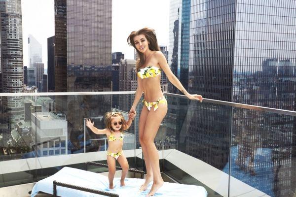 Модель Дарья Коновалова с дочкой окунулись в бассейн под объективами фотографов