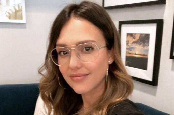 Джессика Альба пожаловалась на то, что с трудом худеет после родов