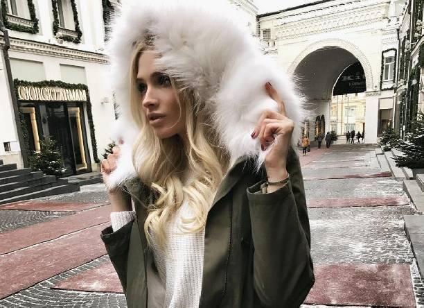 Надев прозрачную кофту, Алёна Шишкова отправилась в ночной клуб