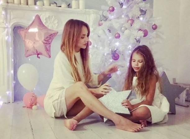 МакSим с дочками снялась в новогодней фотосессии