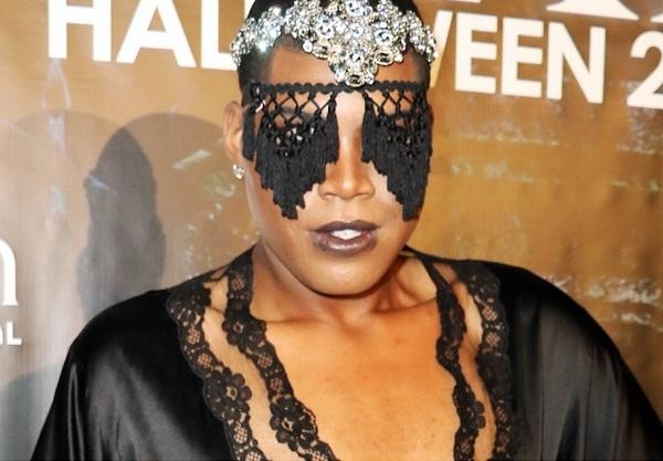 То ли девочки, то ли (при)видение: EJ Джонсон на Хэллоуин-пати в костюме в сеточку