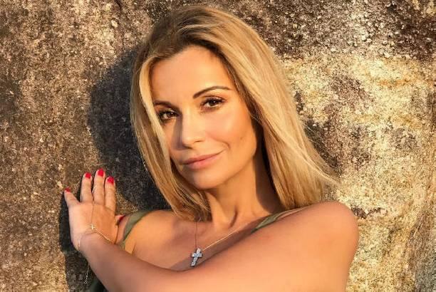 Ольга Орлова поделилась снимками в роскошном серебристом купальнике