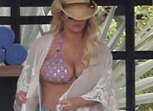 Джессика Симпсон поразила папарацци необъятной грудью