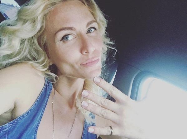 Во время рекламы собственного бизнеса, Катя Гордон сделала неприличный жест
