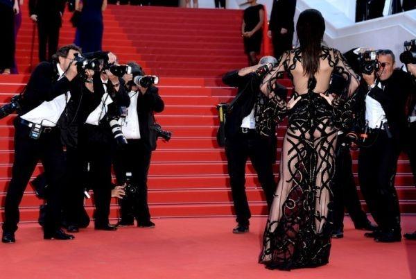 Кендалл Дженнер произвела фурор, выйдя к фотографам в прозрачном платье