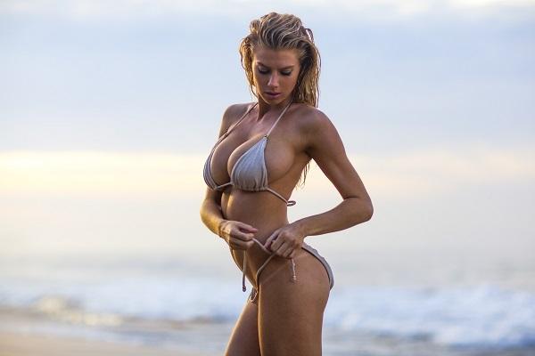 Шарлотта МакКинни представила пикантную фотосессию на пляже