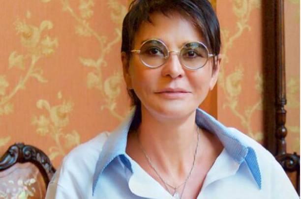 63-летняя Ирина Хакамада продемонстрировала стройные ноги в мини-платье