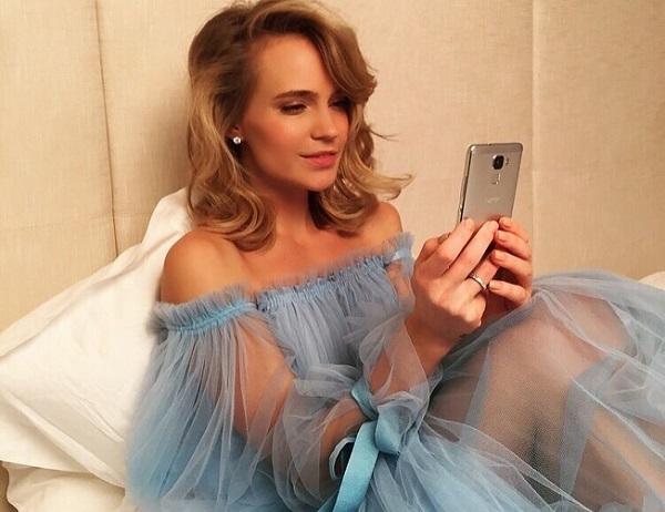 Глюкоза (Наташа Ионова) надела невероятно короткое платье на шоу Ивана Урганта