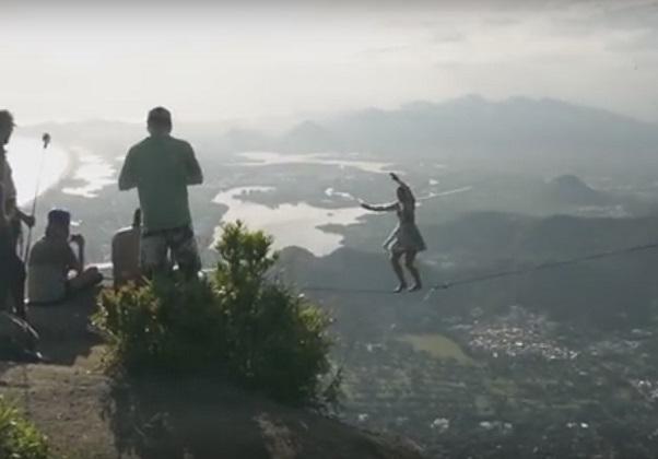 Видео дня: девушка на каблуках прошла по натянутому канату на высоте 1 км от земли