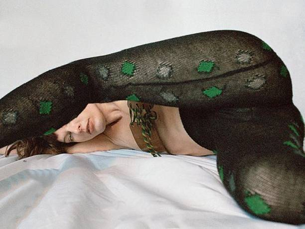 Милла Йовович снялась топлесс в странных позах для журнала Pop Magazine