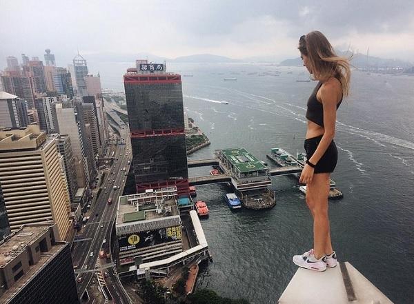 Русская руферша Ангелина Николау сделала опасный трюк на высотке Гонконга (видео)