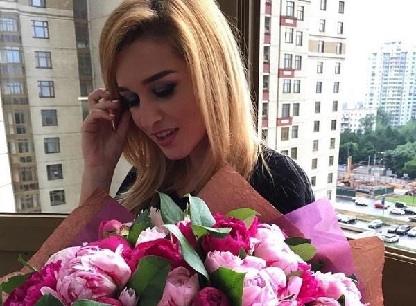 Ксения Бородина выкладывает видео и проводит время с дочкой Теоной в элитном клубе