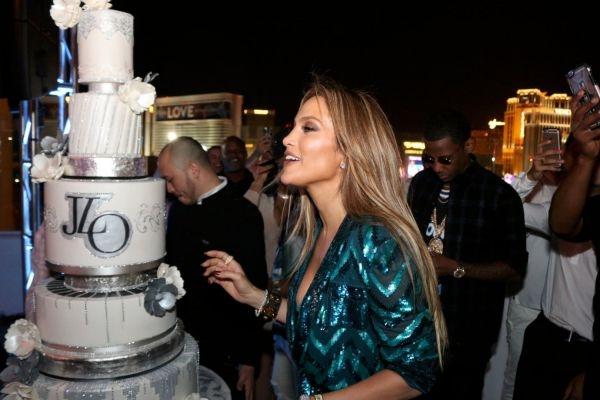 Дженнифер Лопес отпраздновала день рождения в голубом бюстгальтере