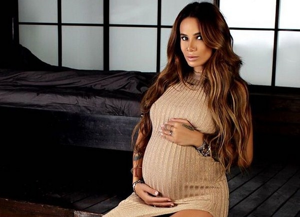 Айза Анохина показала обнаженный беременный живот и послала подписчиков куда подальше