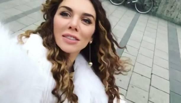 Анна Седокова катает на прогулке пустую детскую коляску