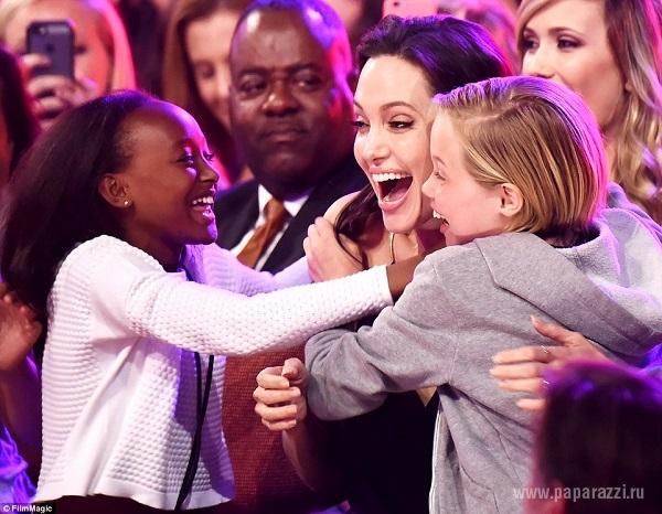 Анджелина Джоли появилась на публике впервые после операции в платье с декольте