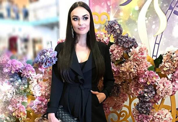 Алена Водонаева пришла на позитивное мероприятие в траурном наряде