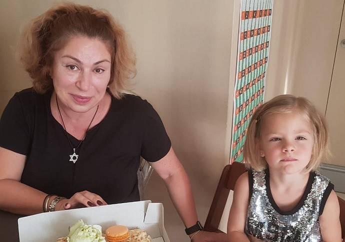 Анастасия Решетова показала, как Тимати впервые искупал их сына в океане