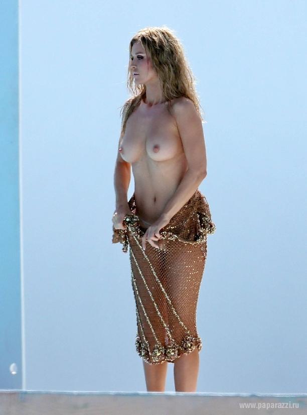 Джоанна Крупа пробежалась голышом по пустыне