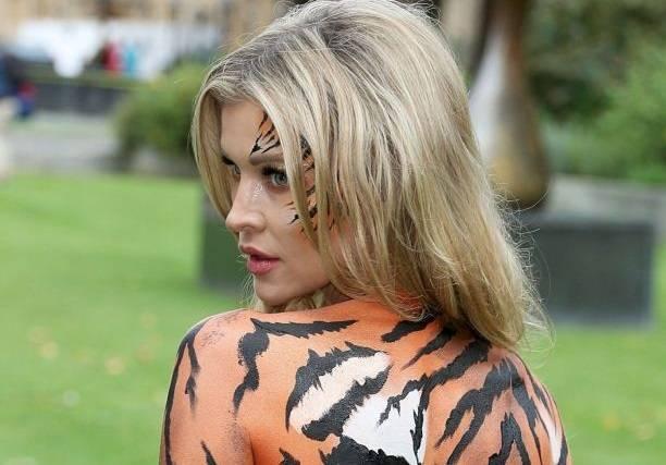 Джоанна Крупа встала расписанной грудью на защиту животных
