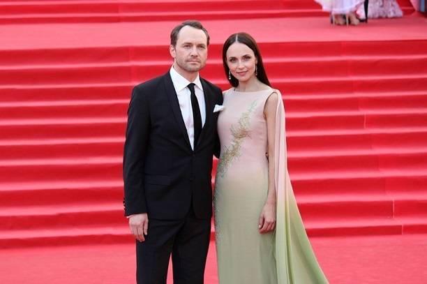 Анна Снаткина искупала свое роскошное платье в луже