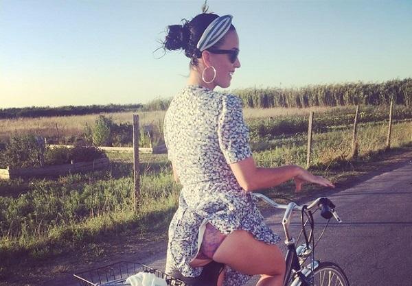 На велосипеде в трусиках