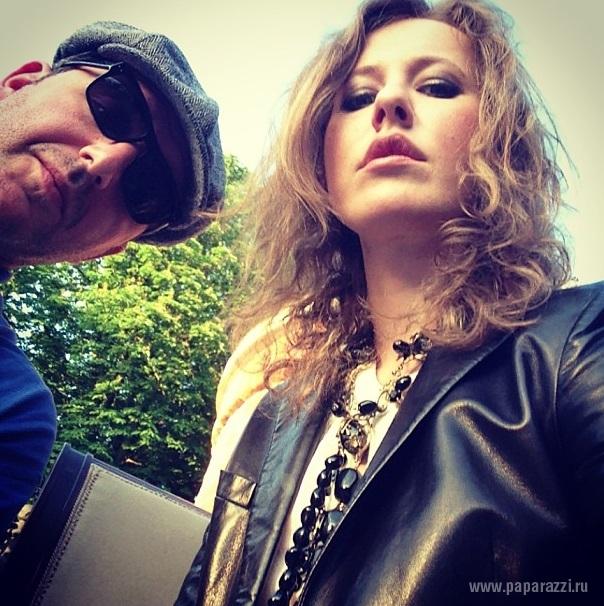 Ксения Собчак одела кожаную куртку и сапоги с клепками на джазовый концерт