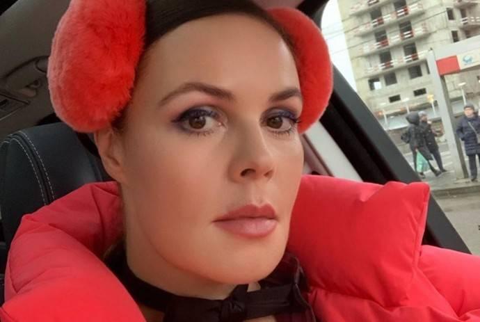Сильно накрашенная Екатерина Андреева в ошейнике пришла на премьеру фильма