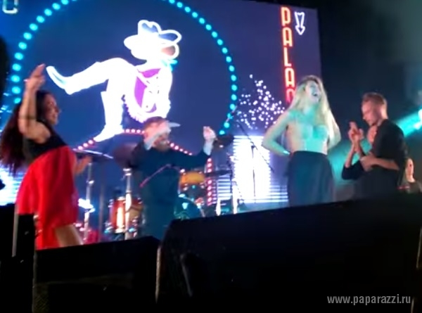 Видео дня: У Веры Брежневой свалилась юбка на концерте
