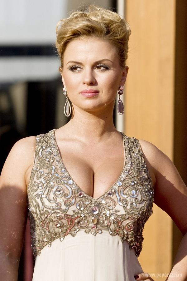Анна Семенович надела свадебное платье