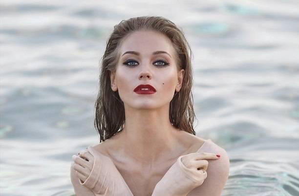 Кристина Асмус продолжила водяную эротическую фотосессию