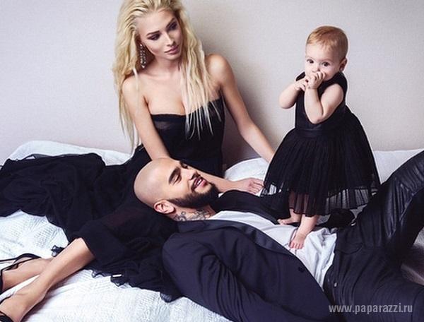 Тимати выложил первую семейную фотосессию с женой Аленой Шишковой и дочкой Алисой