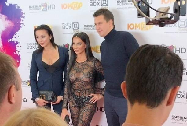 Анна Грачевская пожалела, что на музыкальную церемонию ей надо было надевать трусы под прозрачный комбинезон