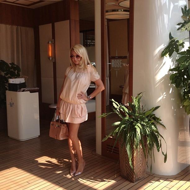 Яна Рудковская взяла на отдых весь свой гардероб