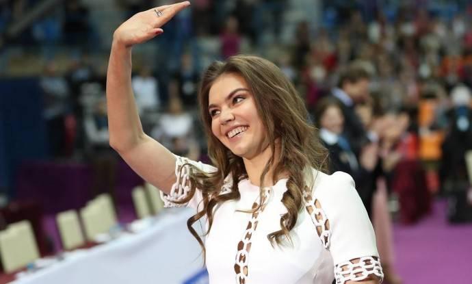 В Сети обсуждают фото юной Алины Кабаевой в бикини на яхте с подругой