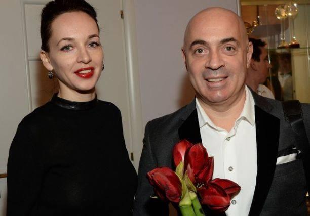 Супруга Михаила Грушевского пришла на премьеру фильма в совершенно прозрачной кофте