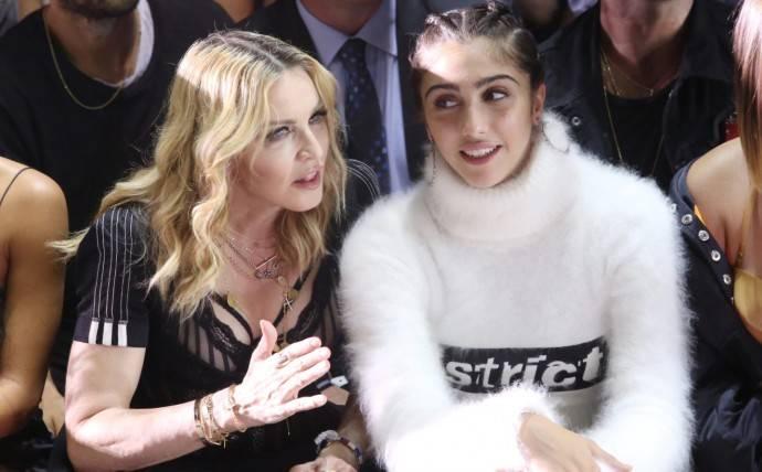 Дочь Мадонны продемонстрировала на Met Gala длинный язык и небритые подмышки