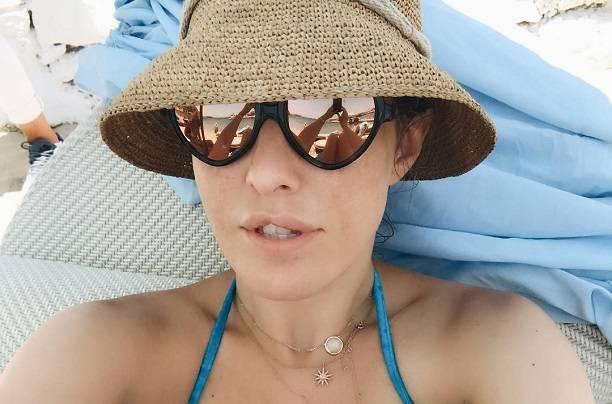 Ксения Собчак в восторге от пляжа с полуобнаженными девушками
